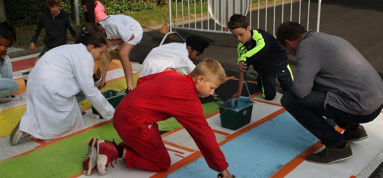 Leerlingen in Alken zorgen zelf voor regenboogzebrapaden