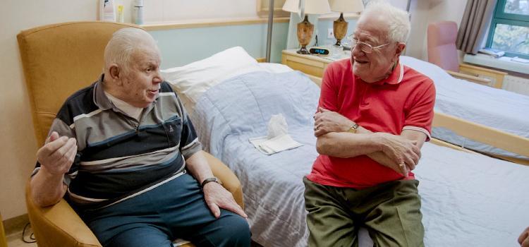 Axel Daeseleire verblijft bij samenwonend homokoppel in woonzorgcentrum.