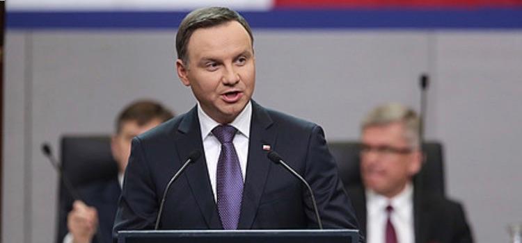 Homofobe Poolse president nipt herverkozen