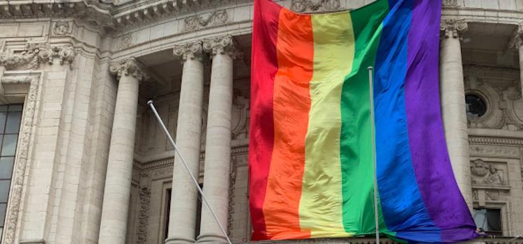 IDAHOT: 25 meter lange regenboogvlag siert Operagebouw in Antwerpen