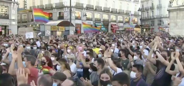 Honderden Spanjaarden op straat na gewelddadige dood 24-jarige homo