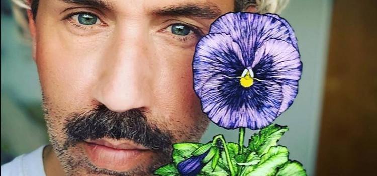 Kunstenaar Paul Harfleet plant 20 viooltjes op politietoren tegen haatmisdrijven