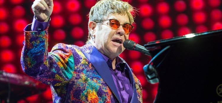 Elton John draagt concert op aan vermoorde Russische homo (+video)