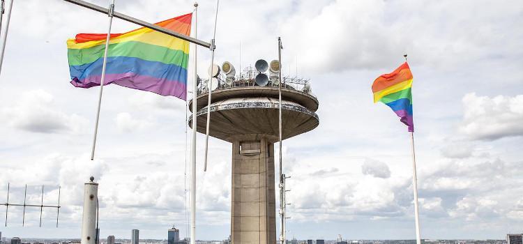 Ook VRT hangt regenboogvlag uit.