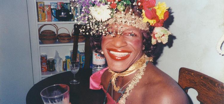 Marsha P. Johnson (1945-1992): De travestiet die in opstand kwam tegen politieinvallen