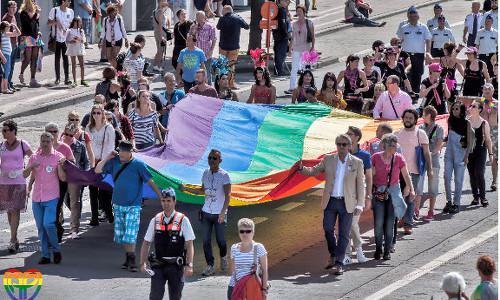 Meer dan zestig delegaties nemen deel aan vernieuwde Antwerp Pride optocht